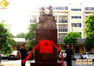 Đúc tượng Bác hồ với Bộ đội biên phòng cao 2m 1 tấn